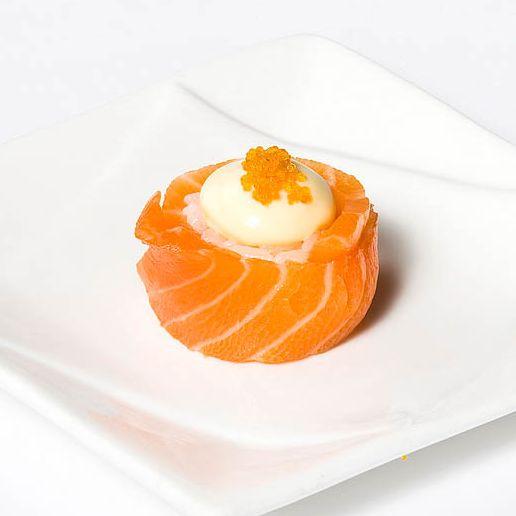 B3. Salmon Rose Sushi (2 pcs)