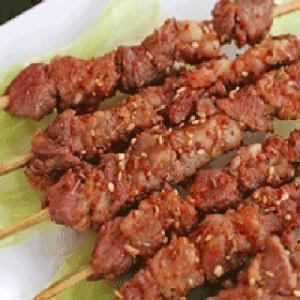 B24. Beef Skewers on Hot Sizzling Plate 铁板牛肉串(7串)