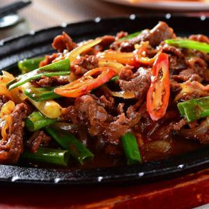 B10. Black Pepper Beef on Hot Sizzling Plate 铁板黑椒牛柳