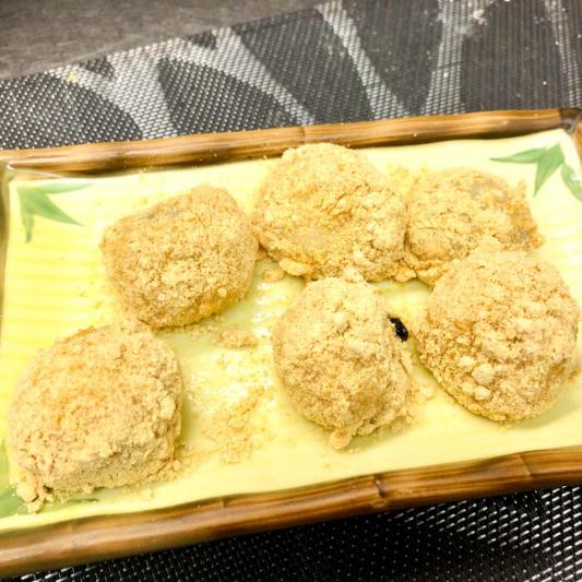 491. Glutinous Rice Rolls Stuffed w/ Sesame and Sugar 擂沙湯圓