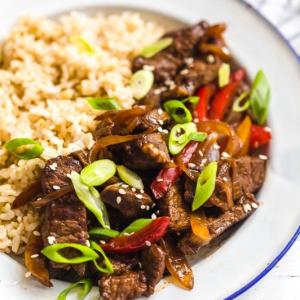 Stir Fried Lamb with Onion on Rice 葱爆羊肉饭