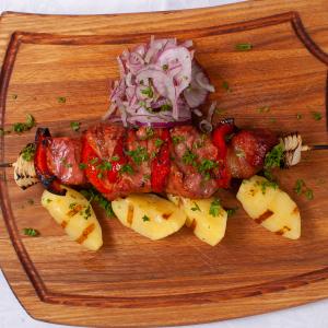 Шашлык из свиной шеи с картофелем приготовленным на гриле и маринованным луком