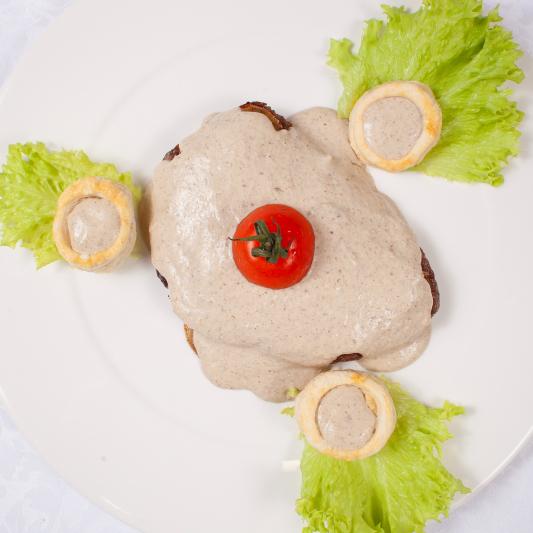 Нежное филе говядины со слойками из грибов шампиньонов, под сливочно трюфельным соусом