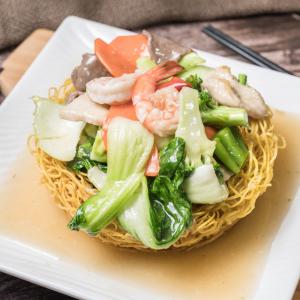 G01- Stir-fried Egg Noodle with Beef, Chicken, Shrimps & Vegetables