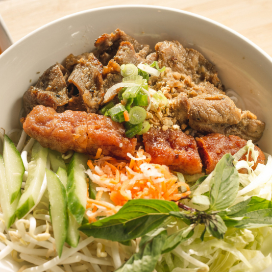 D05- Grilled Pork & Pork Sausage with Vermicelli