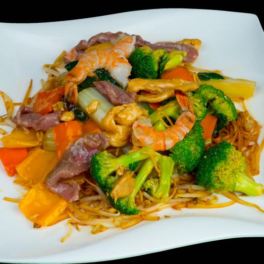 G06- Stir-fried Rice Noodles with Beef, Chicken, Shrimps & Vegetables