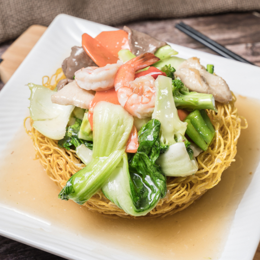 G01- Stir-fried Egg Noodle with Beef, Chicken, Shrimps & Vegetables