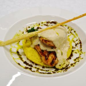 Куриная грудка, томленная в сливочном соусе на подушке из нежно-сливочного пюре