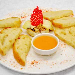 Жареный камамбер с персиковым соусом