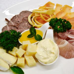 Ассорти сыров и мясных деликатесов