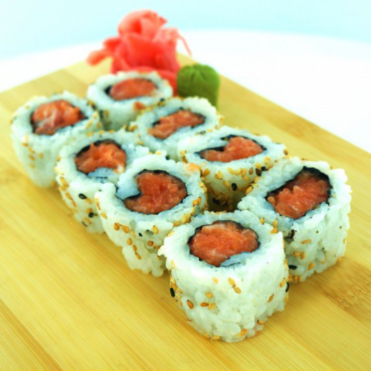 Spicy Salmon Roll with Crunch